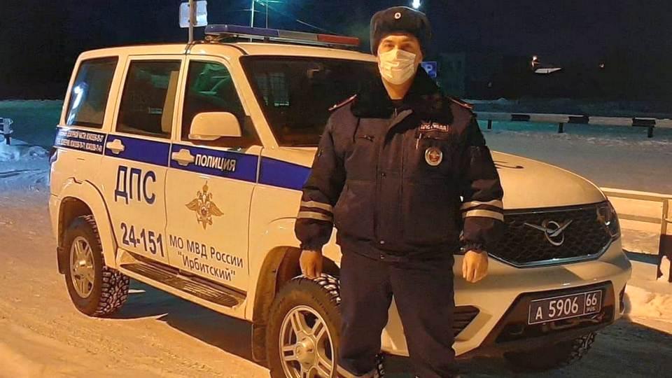 Сотрудники ГИБДД Ирбита спасли замерзших на трассе людей