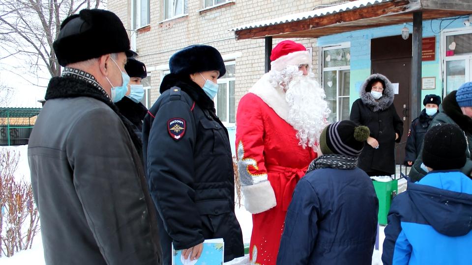 Каменские полицейские посетили подшефных воспитанников детского дома