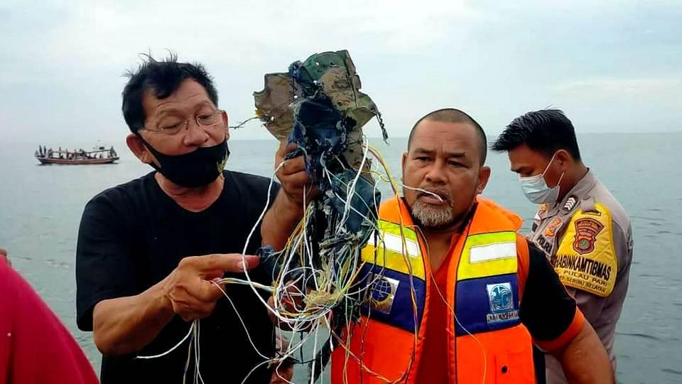 Пассажирский Boeing 737 потерпел крушение у берегов Индонезии