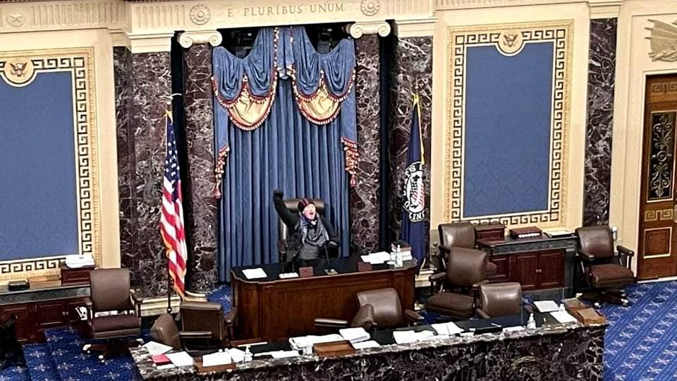 Мэр Вашингтона объявила комендантский час с 18.00 по местному времени из-за протестов в поддержку Трампа.