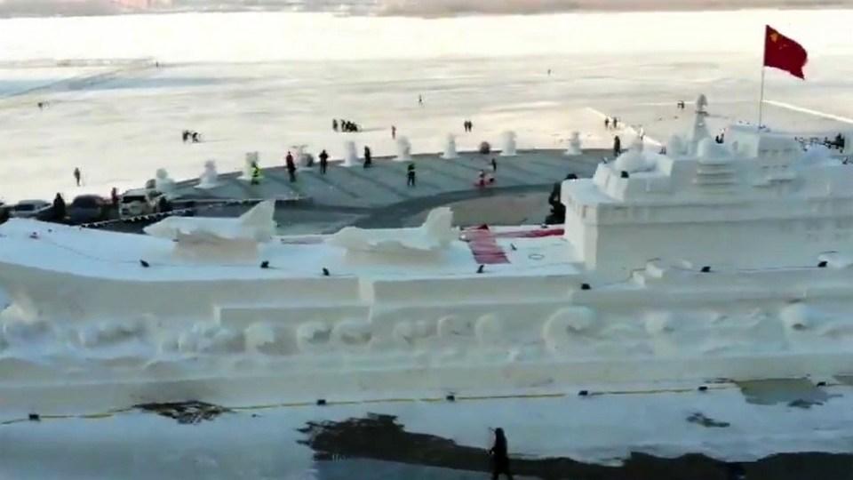 """В Китае построили из снега авианосец """"Ляонин"""""""
