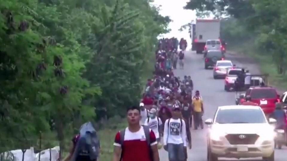 Мигранты из Гватемалы и Гондураса прорвались через кордон силовиков в США