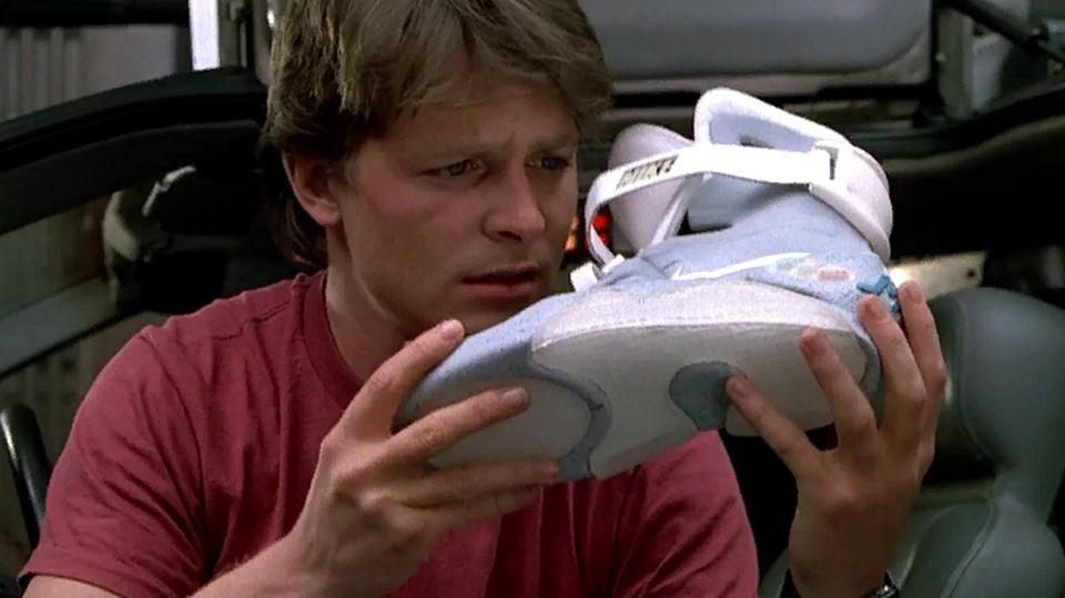 Nike выпустила кроссовки с автоматической шнуровкой