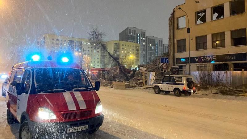 При сносе ПРОМЭКТа в Екатеринбурге обрушилась стена на улицу Декабристов