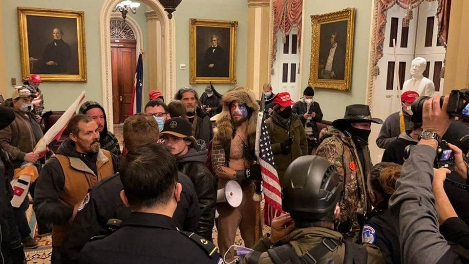 Сторонники Трампа захватили зал Конгресса США
