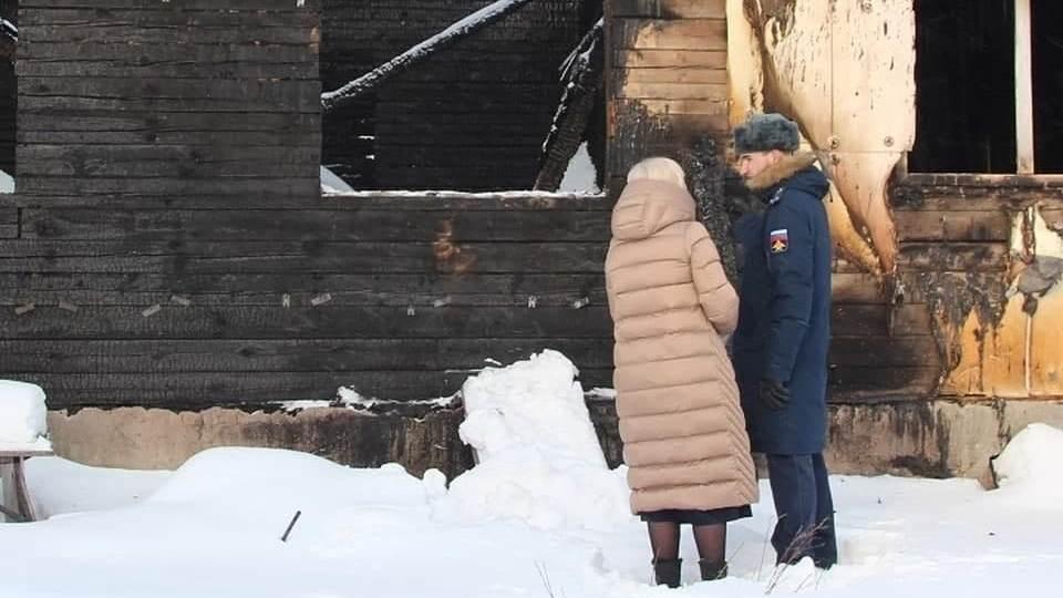 В Свердловской области военный спас семью из пожара