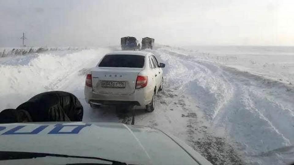 Сотрудники ГИБДД вручную расчистили заснеженную трассу в Свердловской области