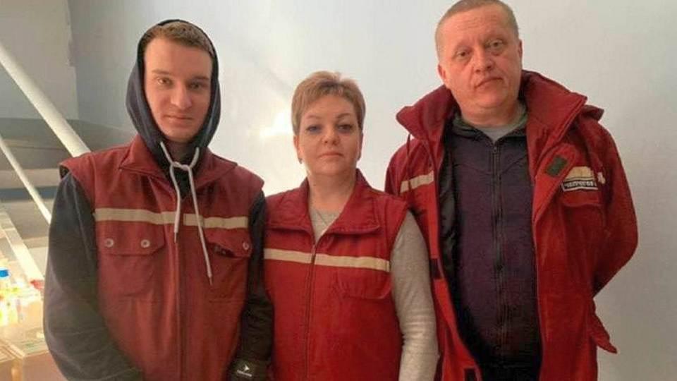 В Свердловской области сотрудники скорой помощи спасли семью из горящего дома