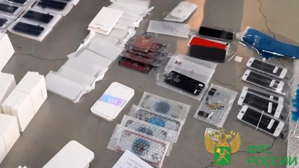 Свердловские таможенники пресекли попытку незаконной пересылки деталей для смартфонов