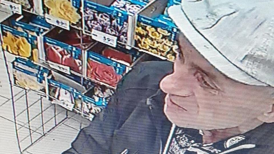 В Каменске-Уральском разыскивают неизвестного мужчину, укравшего банковскую карту