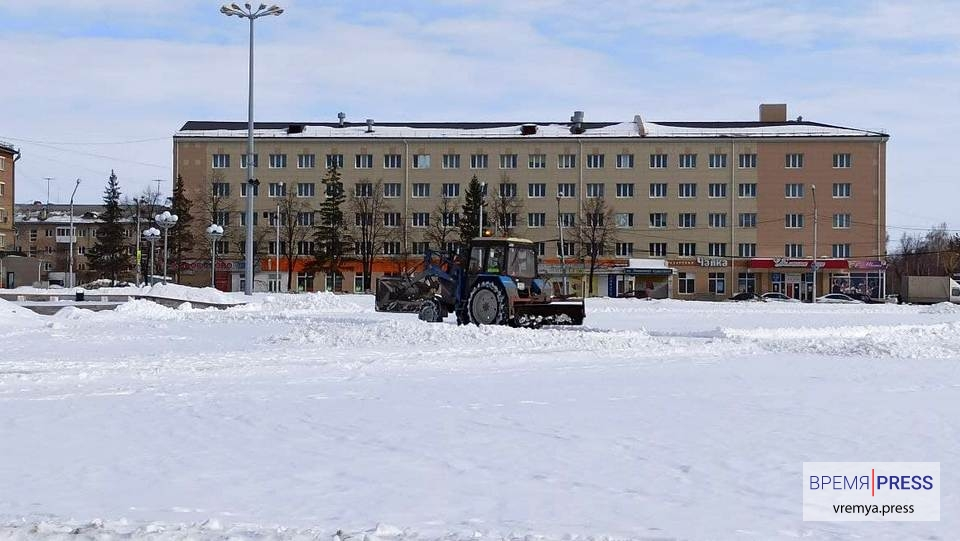 """АО """"Горвнешблагоустройство"""" чистит центр города от снега"""
