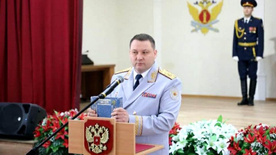 Первый экземпляр книги Пенитенциарная система Свердловской области вчера, сегодня, завтра получил губернатор Евгений Куйвашев