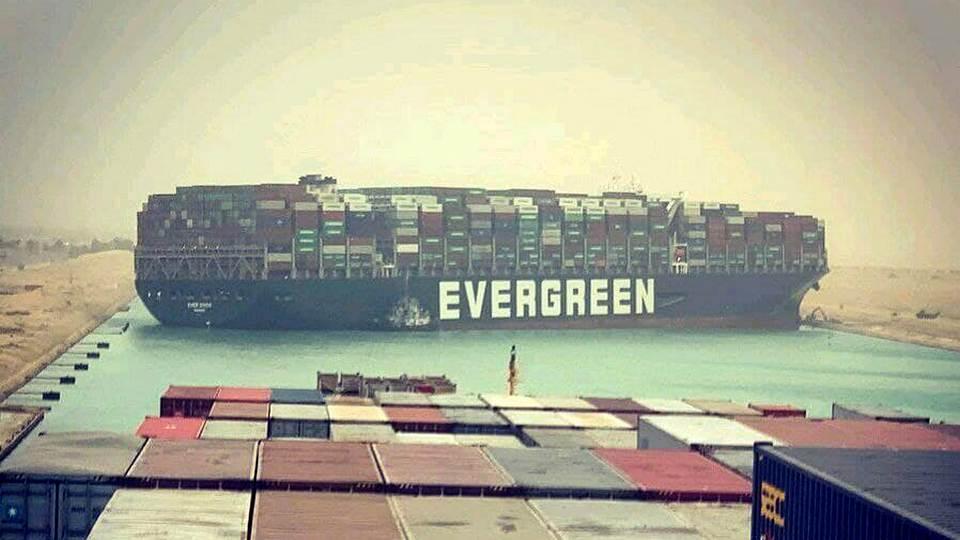 Севший на мель контейнеровоз остановил движение в Суэцком канале и трафик нефти