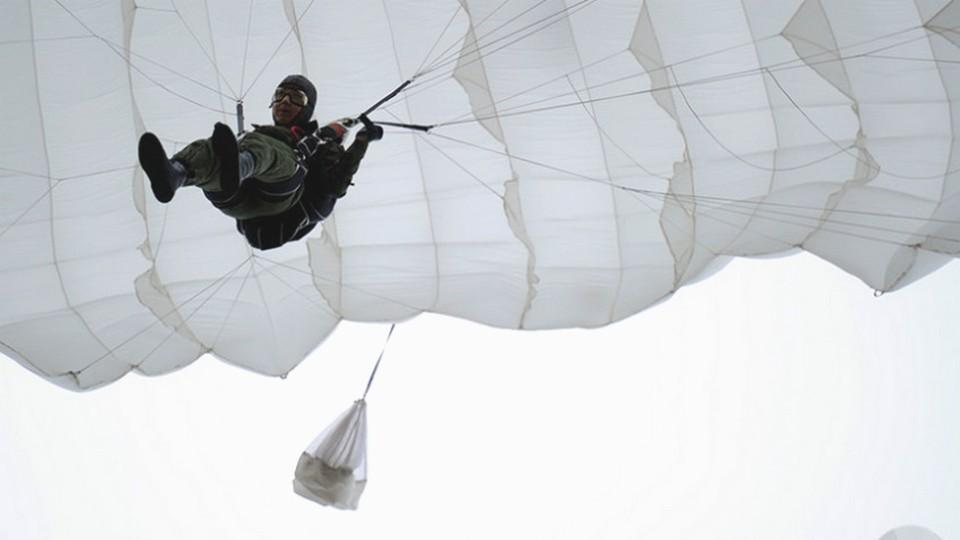 В Тюменской области парашютист повис на проводах и остановил поезд