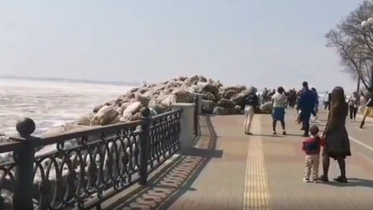 В Хабаровске ледовые глыбы вышли из берегов и выломали ограждение набережной