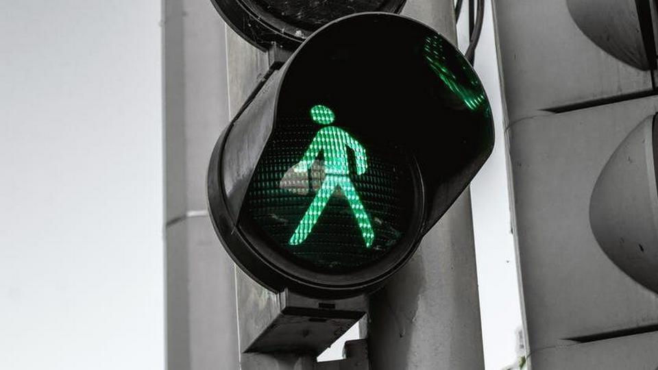 В Невьянске компания парней украла как минимум три светофора и попала на видео