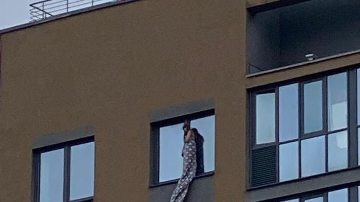 В Екатеринбурге девочку эвакуировали с карниза на 17-м этаже
