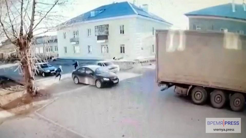 Опубликовано видео, как автомобиль сбил 9-летнего мальчика в Каменске-Уральском