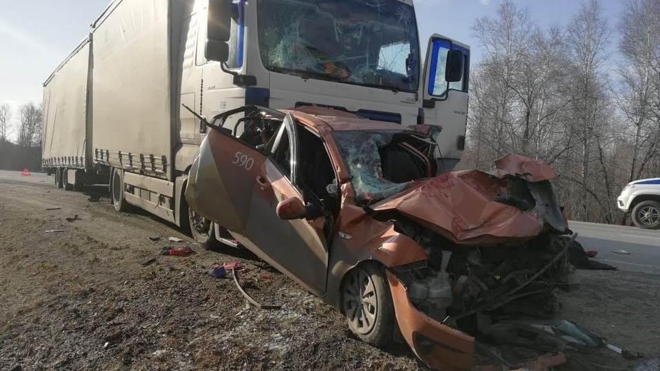 Грузовик протаранил три автомобиля на трассе в Челябинской области