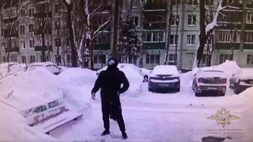 В Москве пенсионерка скинула мошенникам с балкона миллион рублей