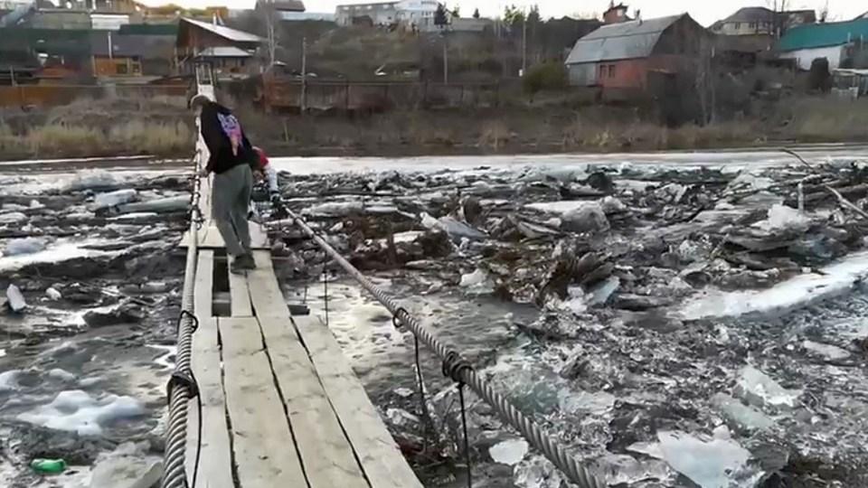 Каменские подростки попытались спасти висячий мост от ледохода