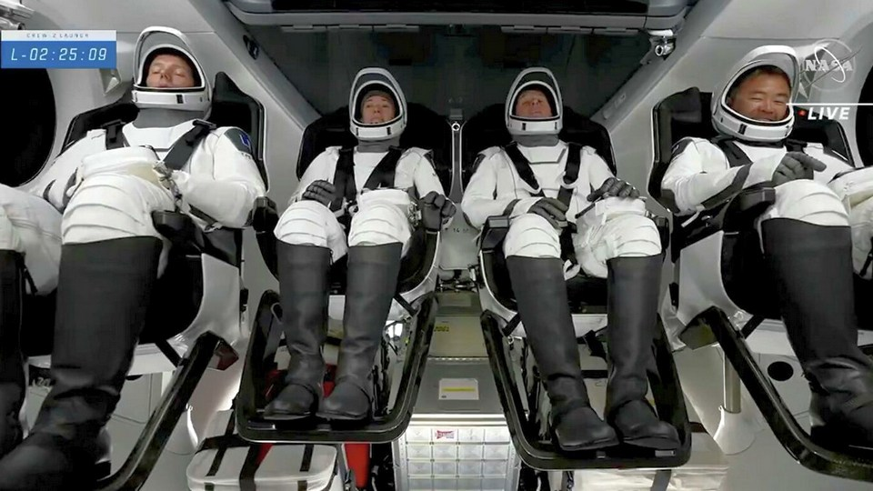 Астронавты NASA перешли из космического корабля Crew Dragon на МКС после стыковки