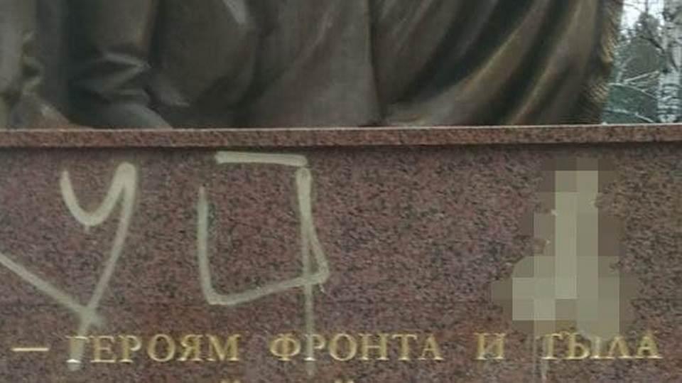 В Каменске-Уральском объявили вознаграждение за информацию о вандалах, осквернивших памятники