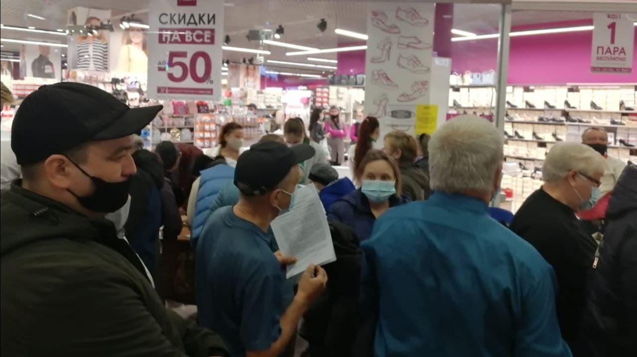 В торговом центре Каменска-Уральского привили от коронавируса 185 человек