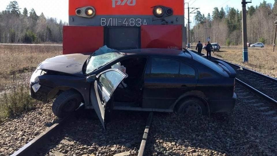 На Урале поезд сбил автомобиль с тремя пассажирами