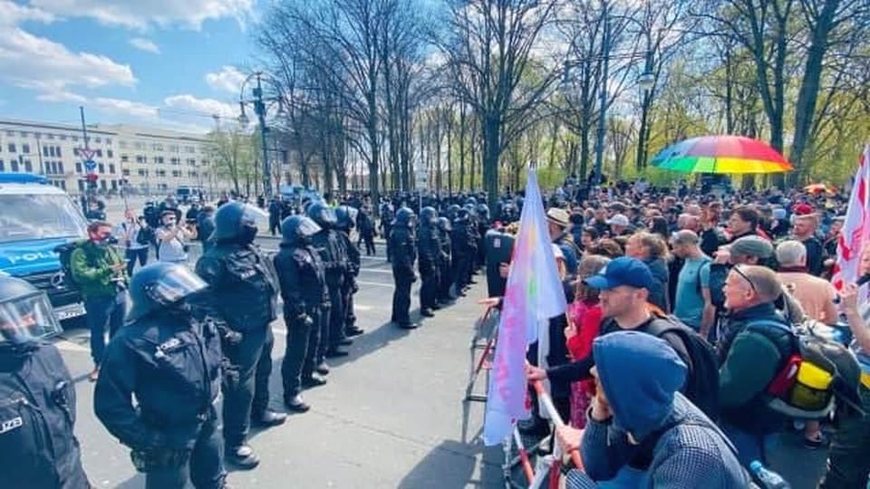 Власти Германии одобрили ужесточение антикоронавирусных мер, несмотря на протесты