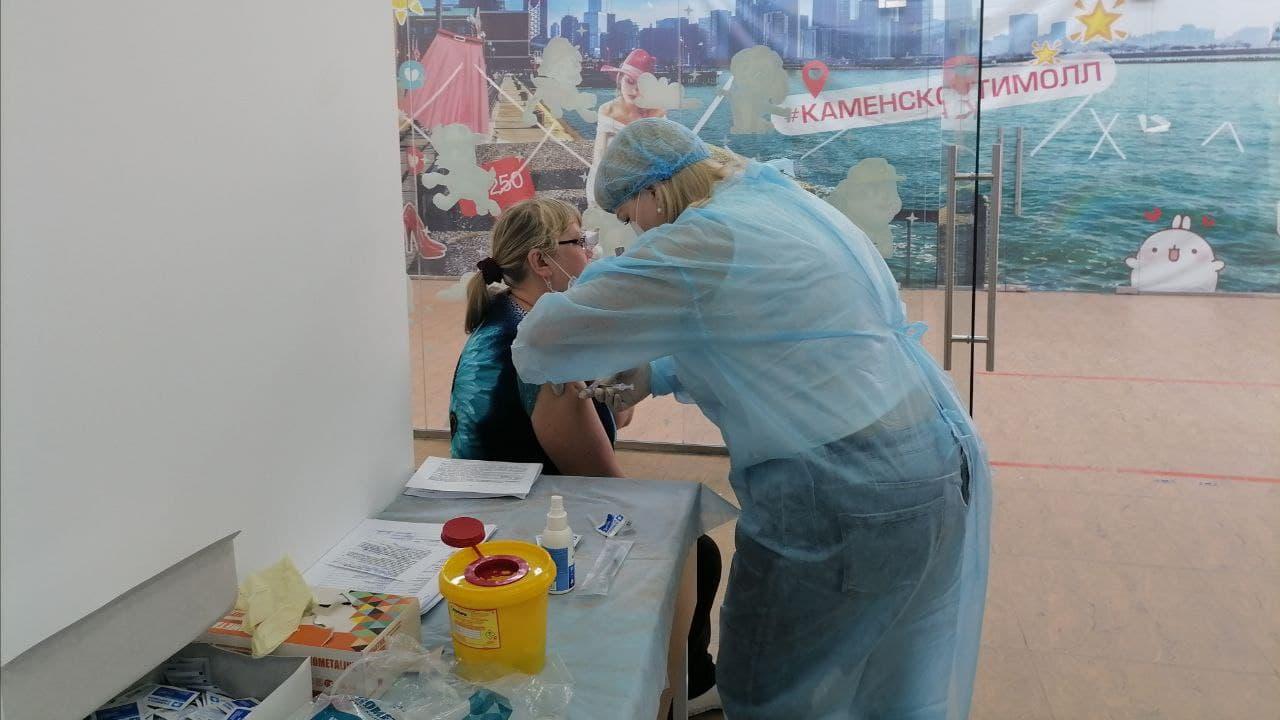 В торговых центрах Каменска-Уральского привили более 500 человек
