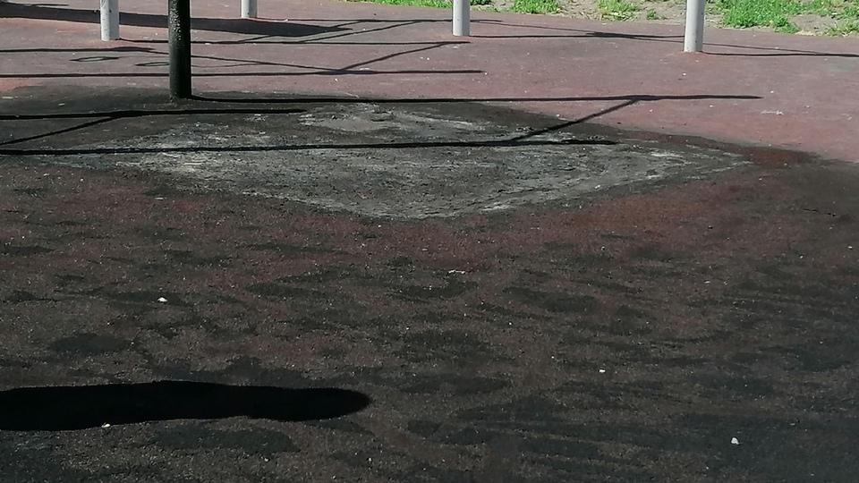 Вандалы сожгли резиновое покрытие на спортивной площадке в Каменске-Уральском
