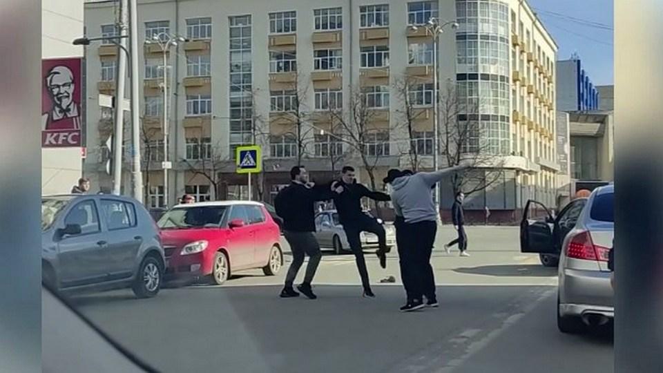 В Екатеринбурге двое мужчин отомстили автохамам, едва не задавившим пешеходов