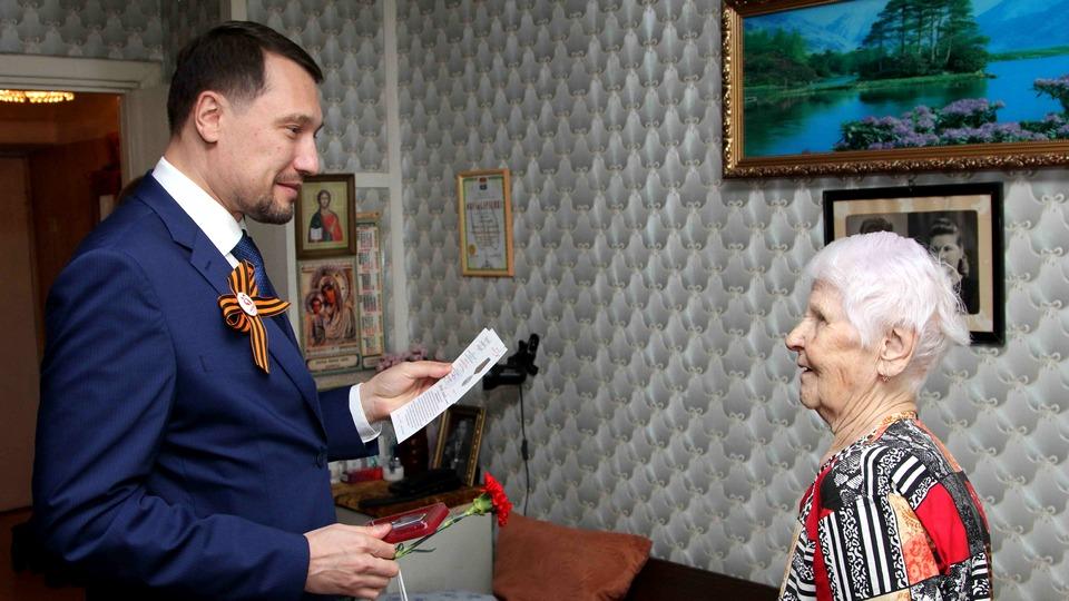 Замглавы Каменска-Уральского по соцполитике Денис Нестеров поблагодарил ветеранов за подвиг