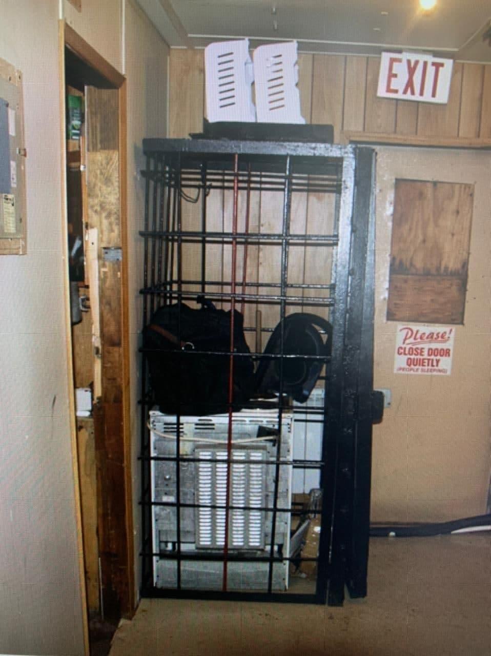 На Чукотке полицейский соорудил клетку в отделении, где избивал задержанных