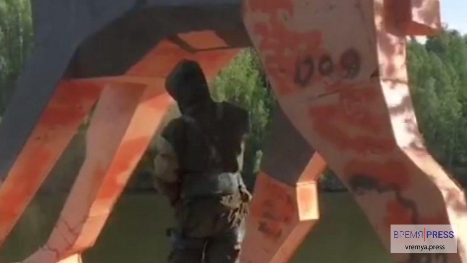 В Каменске-Уральском реставрируют фигуру лося на берегу Исети