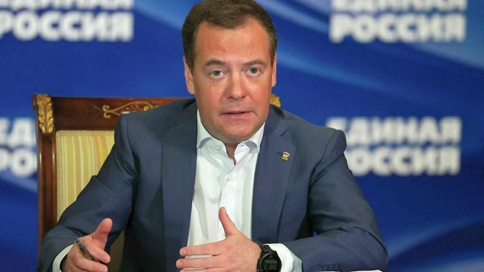 Медведев не исключил, что вакцинация от COVID-19 станет обязательной в России