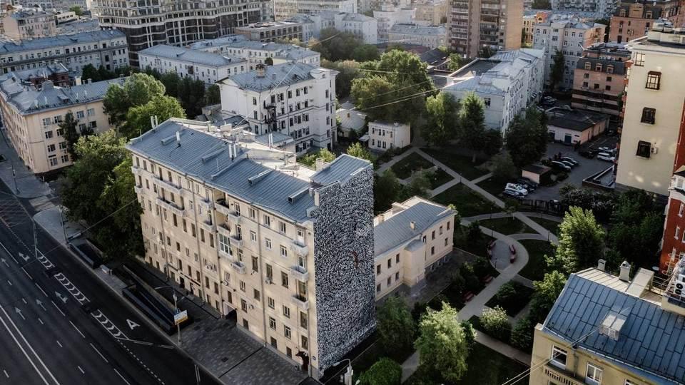 Художник Покрас Лампас создал в Москве граффити с именами пропавших детей