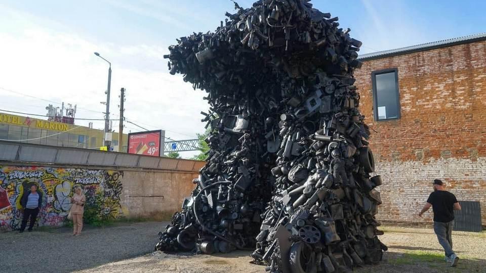 Пятиметровая инсталляция из мусора появилась в Краснодаре благодаря местному художнику