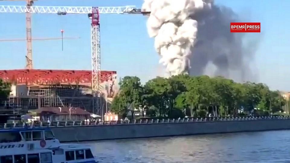 В Москве горит склад пиротехники