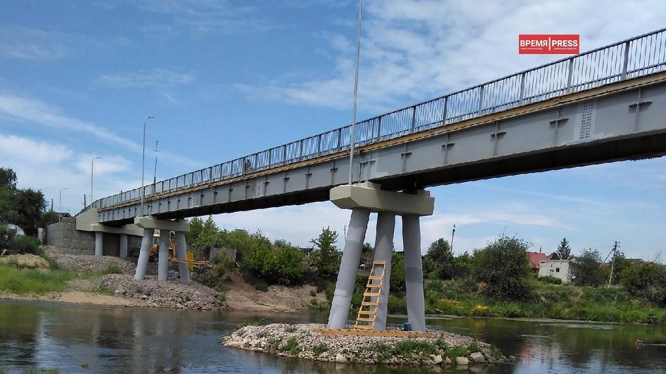 Строительство нового пешеходного моста между Новоисетским и Черноскутова близится к завершению