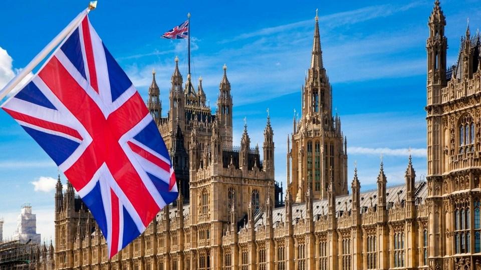 Британское правительство проведет расследование после скандала с увольнением главы Минздрава