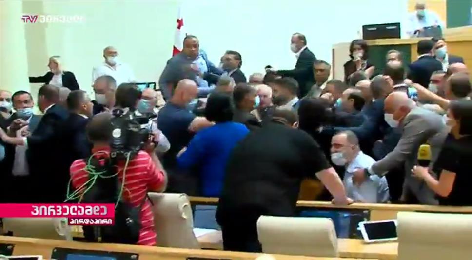 В парламенте Грузии произошла драка между оппозицией и властями