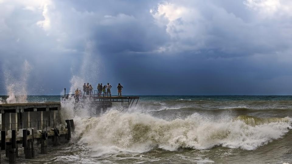 Шторм разнес черноморское побережье в Сочи, Анапе и Адлере
