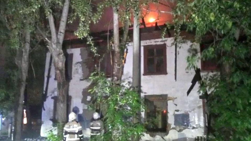 Ветхо-аварийный дом сгорел при пожаре в Екатеринбурге