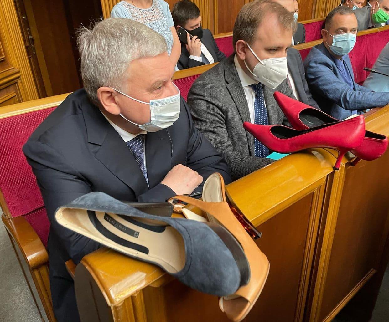 """""""Лютый треш"""": главе Минобороны Украины на заседании Рады подарили женские туфли на каблуках"""