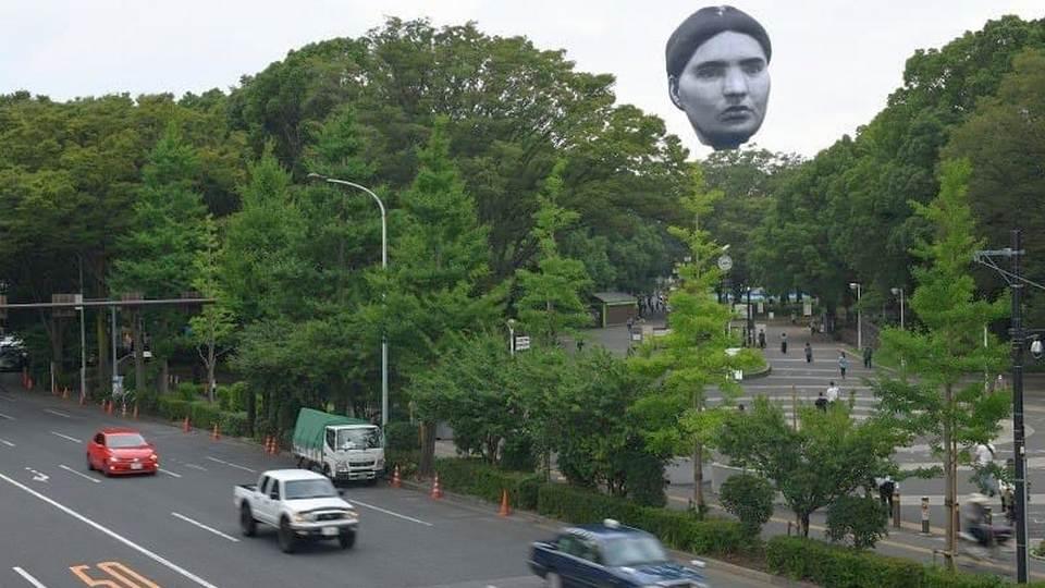Гигантская надувная голова в небе напугала жителей Японии