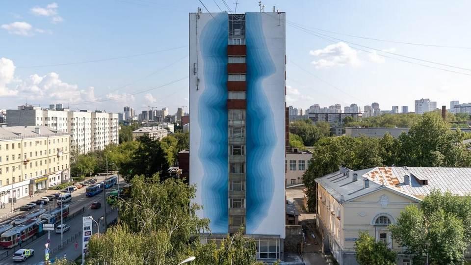Итальянский художник нарисовал в Екатеринбурге 12-этажный тающий ледник