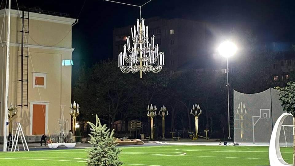 Огромная люстра появилась над новом стадионе школы в Екатеринбурге