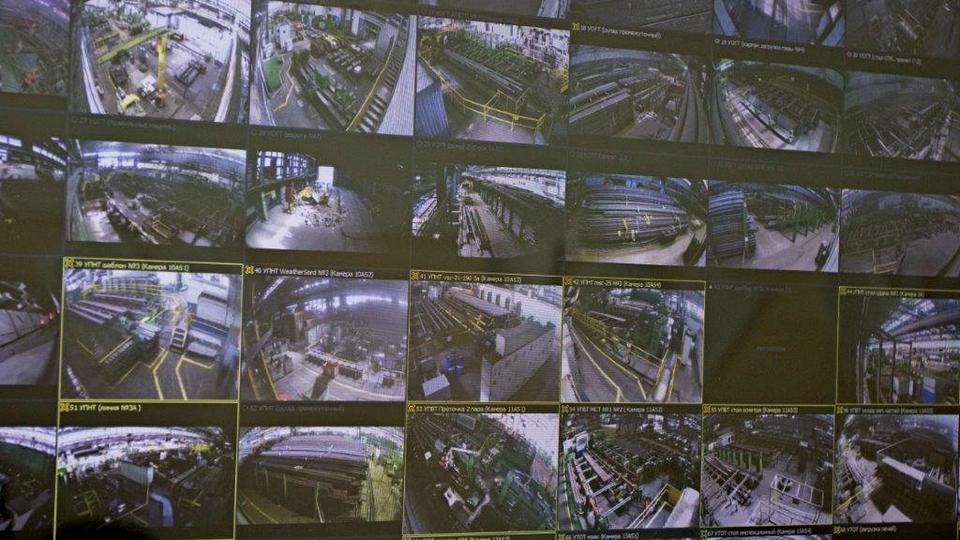 Синарский трубный завод (СинТЗ), входящий в Трубную Металлургическую Компанию (ТМК), внедрил систему технического телевидения в трубопрокатном цехе. Проект призван повысить эффективность мониторинга и безопасность производственных процессов. В трубопрокатном цехе №2 смонтированы сервер и около 90 камер видеонаблюдения, которые фиксируют происходящее на площадках цеха и на прилегающей территории. Расширенная система наблюдения позволяет осуществлять видеомониторинг процессов производства, передвижения транспорта, соблюдения правил охраны труда и промышленной безопасности. «На СинТЗ активно внедряются цифровые решения, которые помогают повысить эффективность бизнеса, а также вывести на качественно новый уровень условия труда. В нашем цифровом контуре система видеомониторинга призвана обеспечить фиксацию производственных процессов, чтобы гарантировать строгое соблюдение технологических операций. Новое оборудование также является одним из наиболее эффективных средств для обеспечения безопасности на предприятии», – сказал управляющий директор СинТЗ Вячеслав Гагаринов.
